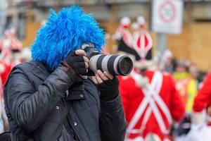 Mann mit blauer Perücke fotografiert mit einer Kamera - Kölner Karneval 2018