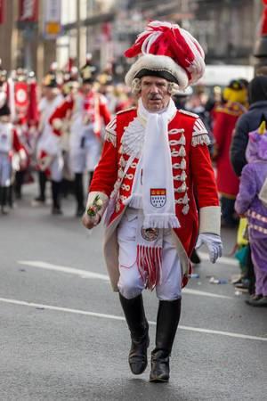 Mann mit Blumen in Uniform der Roten Funken - Kölner Karneval 2018