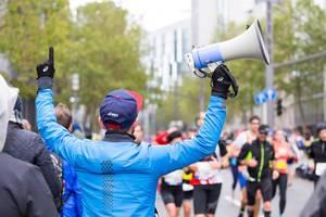 Mann mit Megafon - Frankfurt Marathon 2017
