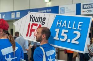 Mann mit Werbung für Young IFA
