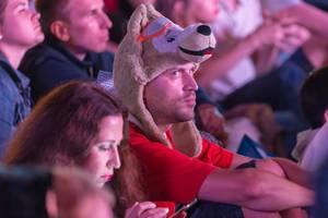 Mann mit Wolfsmütze schaut sich das Endspiele an