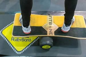 Mann probiert das RollerBone FitBone an der Fibo-Messe aus - ein Balanceboard für Boardsportler