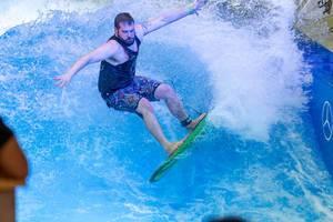 Mann reitet die endlose Welle von Citywave bei der Boot Düsseldorf 2018