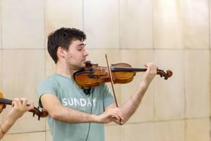 Mann spielt Geige in der Moskauer Metro
