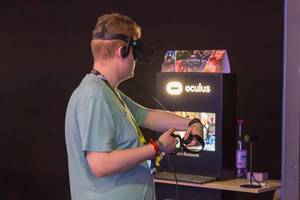 Mann spielt MARVEL Powers United VR mit Oculus Rift Headset