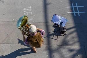 Mann spielt Tuba in der Fußgängerzone beim Stephansdom in Wien