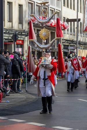 Mann trägt das Symbol der Roten Funken - Kölner Karneval 2018