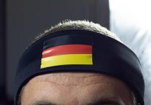 Mann trägt Stirnband mit deutscher Flagge