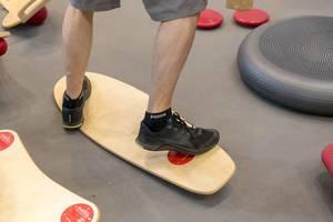 Mann trainiert auf einem Balance Board - FIBO Köln 2018