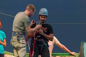 Mann überprüft die Seilrutsche