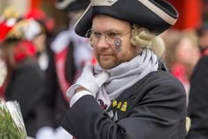 Mann verkleidet als schwarzer Musketier - Kölner Karneval 2018