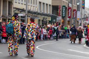 Männer gekleidet in Klamotten aus bunten Stofffetzen - Kölner Karneval 2018