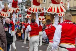 Männer hieven Frauen in die Luft - Kölner Karneval 2018