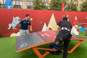 Männer spielen Teqball in einer russischen Kantine