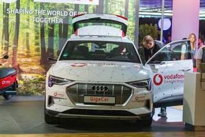 Männer testen ein zukunftsweisendes Elektroauto: Audi e-tron GigaCar mit Fingerabdrucksensor am Türgriff