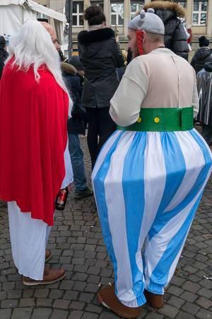 Männer verkleidet als Miraculix und Obelix beim Rosenmontagszug - Kölner Karneval 2018