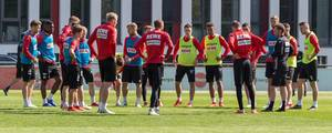Mannschaftsbesprechung des 1. FC Kölns während des ersten Trainings mit André Pawlak