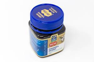 Manuka honey from New Zealand, made of flowers of the South Sea myrtle tree, with antiseptic & antibacterial ingredients
