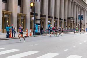 Marathonläufer in Downtown Chicago während des Chicago Marathons 2019: unter anderen, Alvaro Sanabria-Diaz, Patrick Campbell und Martin Cuestas