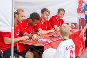 Marcel Risse, Nikolas Nartey, Matthias Bader und Matthias Lehmann während der Autogrammstunde
