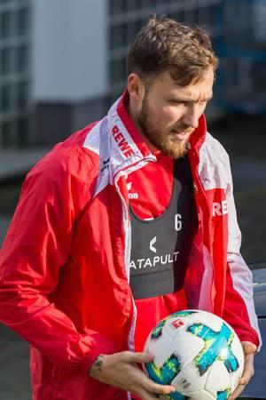 Marco Höger mit Ball in Händen, vor dem Training am 30.01.2018