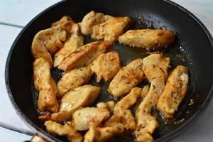 Mariniertes Hühnchen in der Pfanne zubereiten