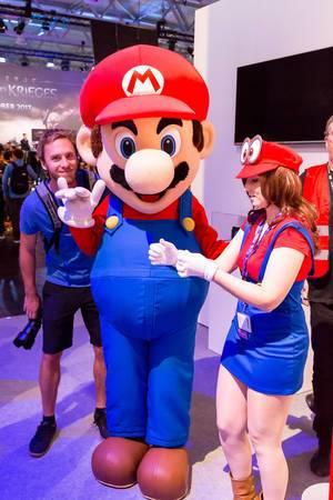 Mario-Plüschfigur mit Fans auf Nintendo-Stand