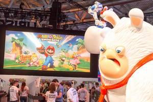 Mario + Rabbids Kingdom Battle Gaming-Ecke mit Riesenfigur im Vordergrund - Gamescom 2017, Köln