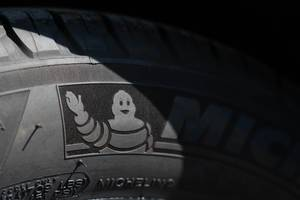 Markenlogo zeigt Michelin Männchen auf einem Autoreifen