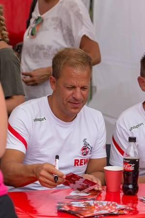 Markus Anfang signiert Autogrammkarten für Fans