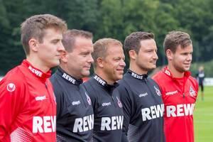Markus Anfang und weitere Trainer und Spieler posieren für Fotos