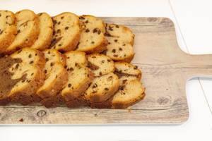 Marmorkuchen mit Schokoladenstückchen auf einem Holzbrettchen