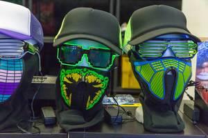 Masken, Kappen und LED Brille