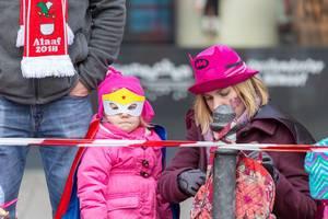 Maskiertes Mädchen und ihre Mutter - Kölner Karneval 2018