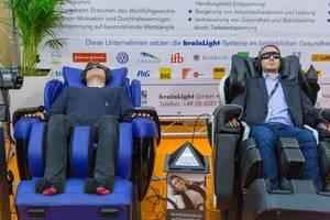 Massagesessel mit integrierten Kopfhörern und speziellen Lichtrillen für ganzheitliche Entspannung