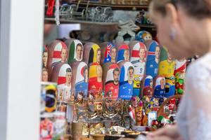 Matroschka Puppen mit Gesichtern weltbekannter Fußballspieler im Schaufenster
