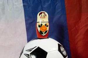 Matroschkapuppe auf einem Fußball
