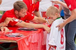 Matthias Bader signiert das Trikot eines jungen Fans
