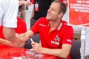 Matthias Lehmann schüttelt Hände mit einem Fan