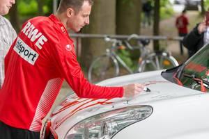 Matthias Lehmann signiert ein Auto
