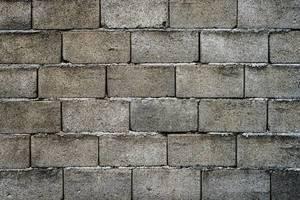 Mauer aus Betonschalsteinen im ganzen Bildausschnitt