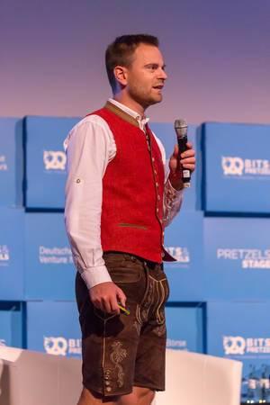 Maximilian Schmidt hält eine Rede
