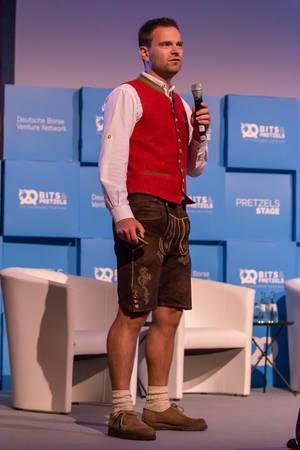 Maximilian Schmidt in Lederhosen mit roter Weste