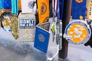 Medaillen aufgehängt auf einem Aufhänger von sporthooks.com