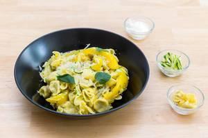 Mediterrane Fiorelli mit Pilzfüllung, gelbe Paprika, Zucchini, rote Zwiebel