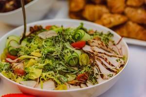 Mediterraner Salat mit Hähnchenfleisch