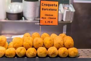 Mediterranes Essen: spanische Kroketten mit Hühnchen, Reis und Käse, als Fertiggericht in der Markthalle Mercat de la Boqueria in Barcelona