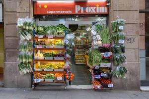 """Mediterranes Obst und Gemüse im spanischen Supermarkt """"Proxim"""" im Tante-Emma-Laden Stil an der Straße Carrer de Joaquín Costa in Barcelona"""