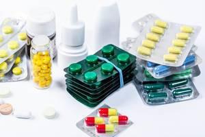 Medizin-Hintergrundbild mit verschiedenen Medikamenten und Pillen, auf einem weißen Untergrund