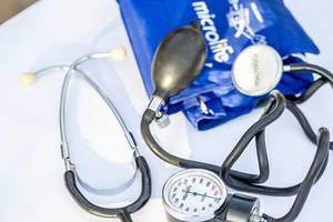 Medizinische Ausrüstung - Ein Stethoskop und ein Blutdruckmesser  - Microlife